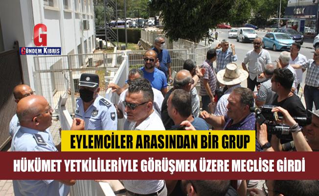 Eylemciler Arasından Bir Grup Hükümet Yetkilileriyle Görüşmek Üzere Meclise Girdi